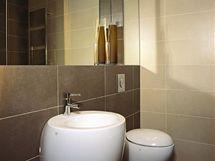 Koupelnu opticky zvětšují zrcadlové plochy