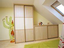 Skříně i skříňky s posuvnými dveřmi bez úchytek šetří místo a jsou i bezpečné, navíc synovi poslouží klidně až do dospělosti