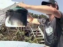 Parabolická solární pec slouží k přípravě jídla