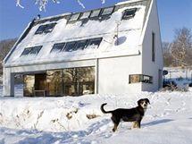 Střecha má sklon 55° a je opláštěna titanzinkovým plechem