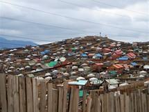 Mongolsko, jurtoviště na okraji Ulánbátaru