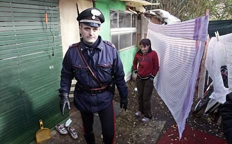 Italský policista v táboře imigrantů z Rumunska (ilustrační foto)