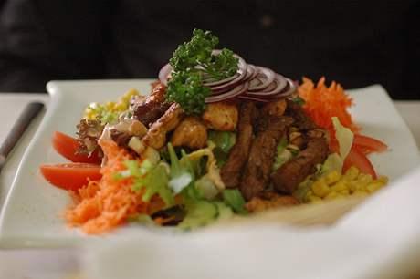 Zeleninový salát s grilovaným masem