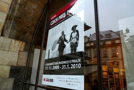 Plakát Czech Press Phota v okně Staroměstské radnice v Praze