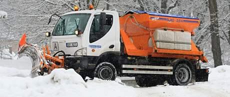 Když sněží, silničáři a pracovníci, kteří udržují komunikace ve městech, sníh jen odhrnují. Sypat je totiž nemá smysl