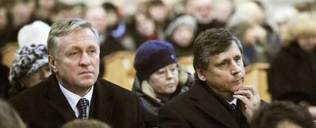 Mirek Topolánek a Jan Fischer při poslední rozloučení s Ivanem Medkem, které proběhlo v bazilice svaté Markéty na pražském Břevnově. (14. ledna 2010)