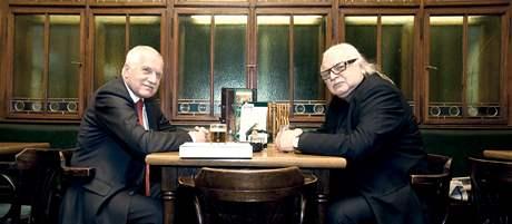 Prezident Václav Klaus se sešel se šéfem Národní galerie Milanem Knížákem v hostinci U Vejvodů. (14. ledna 2010)