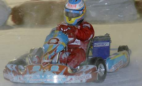 Fernando Alonso v závodě motokár na ledu