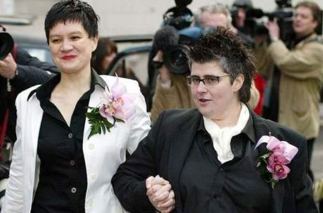 Prvn� lesbick� p�r si v Brit�nii �ekl sv� ano.