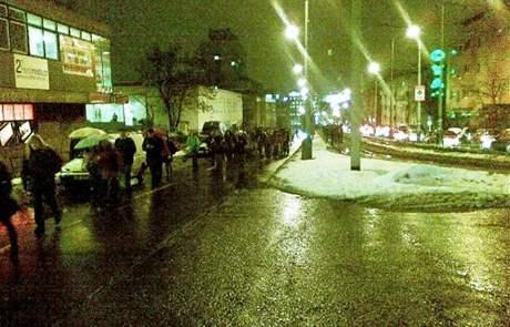 Cestující museli ve stanici Pražského povstání vystoupit, ve směru na Kačerov šli po silnici