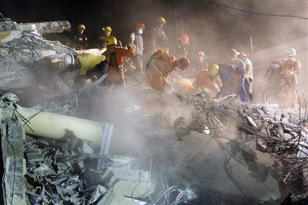 Záchranná�i z Dominikánské republiky prohledávají pobo�enou banku v centru Port-au-Prince. (19. ledna 2010)