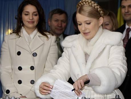 Julija Tymošenková vhazuje svůj hlas do urny v Dněpropetrovsku