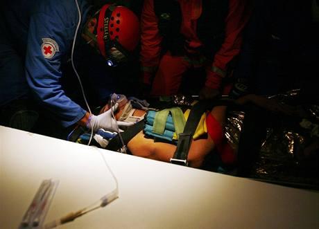 Nadine Cardosová v péči zdravotníků krátce po vyproštění