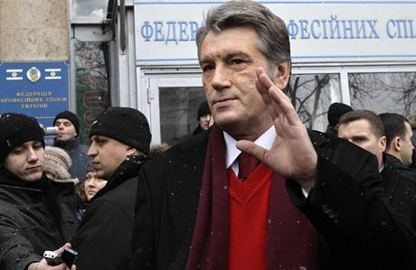 Viktor Juščenko před volební místností v Kyjevě
