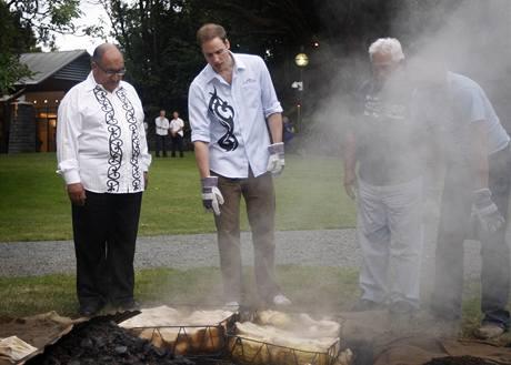 Princ William s generálním guvernérem Anandem Satayanadem při přípravě masa na maorský způsob