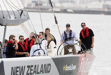 Princ William u kormidla na novozélandké jachtě