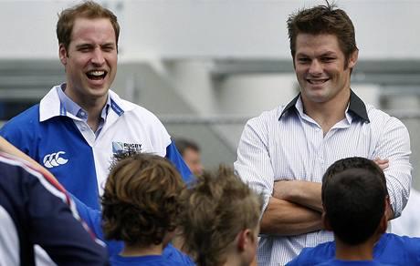 Princ William před ragbyovými žáčky s kapitánem novozélanské ragbyové reprezentace Richiem McCawem