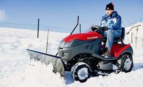 Travní traktor, který umožňuje jako příslušenství připojit radlici