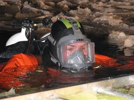 Zásah hasičů na Lipně kvůli utopenému vozu Rakušanů (14. 1. 2010)
