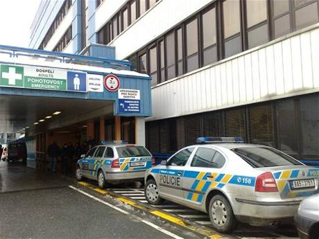 Policie vyjela do nemocnice v Motole, ale nakonec nebezpečný předmět nebyl výbušninou