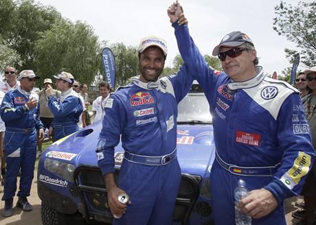 Carlos Sainz (vpravo) oslavuje svůj triumf na Dakaru s Násirem Attíjou
