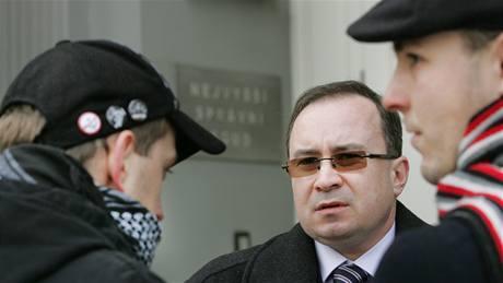 Předseda Dělnické strany Tomáš Vandas (uprostřed) a jeho příznivci ze strany před budovou soudu. (11. ledna 2010)