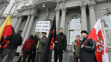 Příznivci Dělnické strany před budovou soudu v Brně. (11. ledna 2010)