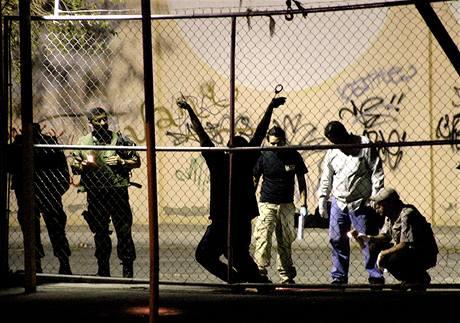 """Mexičtí policisté ohledávají místo činu """"drogové"""" vraždy."""