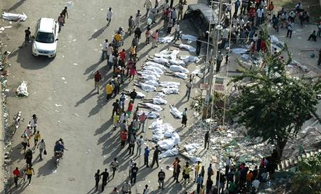 Identifikace obětí ničivého zemětřesení ve městě Port-au-Prince. (14. ledna 2010)