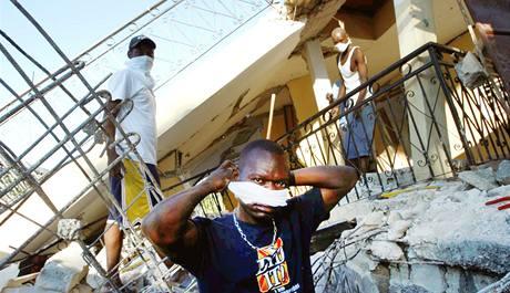 V Port-au-Prince pokračují záchranné práce. (15. ledna 2010)