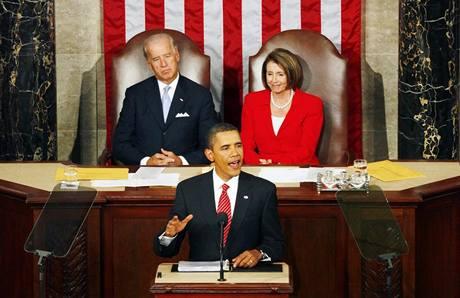 Barack Obama přednáší Kongresu projev ke zdravotním reformám. za ním sedí viceprezident Joe Biden a předsedkyně sněmovny Nancy Pelosiová.  (9. září 2009)