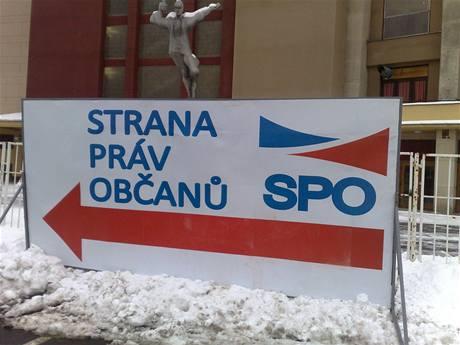 Cedule nové Zemanovy Strany práv občanů se objevily na pražském Výstavišti.