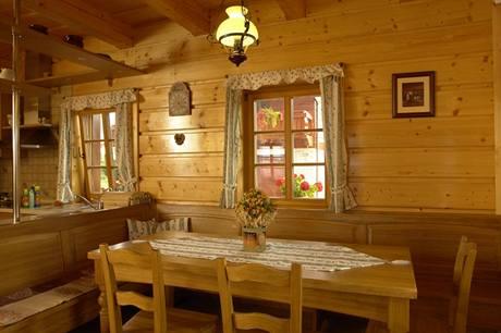 V interiéru převažuje smrkové dřevo, doplněné o dubový nábytek