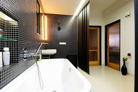 """Místo dvou """"nudlí"""" - koupelny a předsíně - dala majitelka přednost spojenému prostoru"""