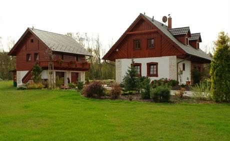 Dům se sedlovou střechou doplnil špejchar ve stejném stylu
