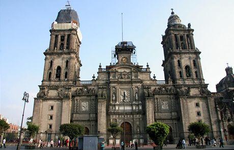 Mexico City. Katedrála u náměstí Zocaló, kterou straží dva tucty policistů