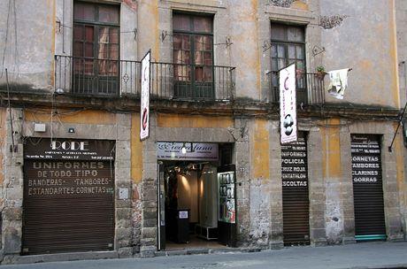 Mexico City. Od večera do rána jsou všechny obchody chráněny tlustými roletami a mřížemi