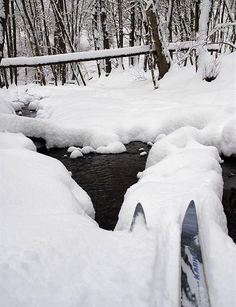 Sněhová lávka přes Károvský potok