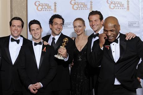 Zlaté glóby 2010 - tým k filmu Pařba ve Vegas (režisér Phillips  třímá sošku)