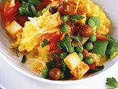 Paella s paprikou, hráškem a tofu.