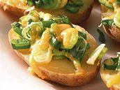Pecené brambory se sýrem.