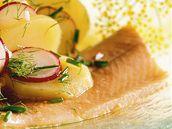 Uzená makrela s bramborovým salátem.