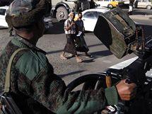 Voják střeží ulici v jemenské metropoli