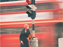 Výstava s názvem A very British Glamour zachycuje Parkinsonovu tvorbu z období od roku 1930 do roku 1980.