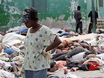 Haiťanka hledá příbuzné mezi mrtvými před márnicí v Port-au-Prince. (14. ledna 2010)