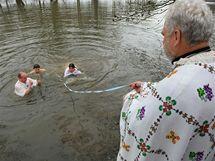 Na pravoslavný svátek Zjevení Páně posvětil duchovní Jozef Fejsak vodu vhozením  kříže do řeky Svratky