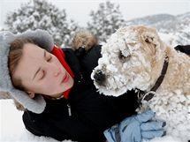 Některým psům se při hrátkách ve sněhu sníh nabalí na dlouhé chlupy. Nesnažte se ho odstranit násilím, nechte ho jednoduše v teple roztát a psa uschnout.
