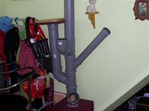 Z plastových odpadních trubek a kolen je nejprve potřeba postavit kostru šplhadla a škrabadla v jednom.