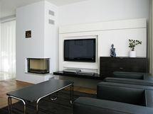 Moderní elektroniku doplnil typický trubkový i čalouněný nábytek