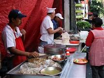 Mexico City. Přes den se můžete najíst kdekoliv na ulici, ale večer se jezdí do restaurace autem
